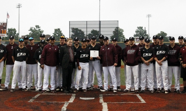 Baseball team receives award (photo)
